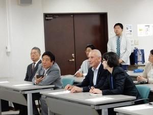 学生の報告を熱心に聞いてくださる山本市長とゲルオギ大使