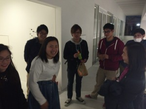 Anzano先生と歓談する学生たち